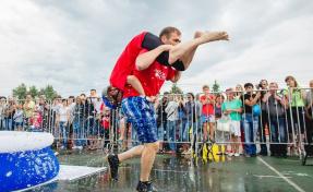 В России на чемпионате по перетаскиванию жён травмы получили две женщины