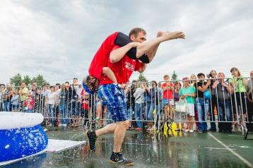 Фото: В России на чемпионате по перетаскиванию жён травмы получили две женщины  1