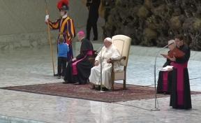 Глухонемой мальчик прервал аудиенцию Папы Римского, чтобы потрогать яркую форму гвардейца
